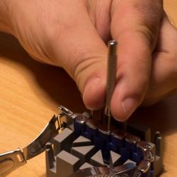 Extraer pasador de los eslabones del reloj